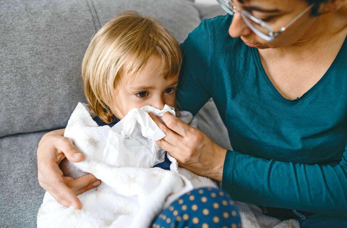 Muss das Kind krank zuhause bleiben, müssen Eltern  keinen normalen Urlaub nehmen oder sich freistellen lassen: Die Zahl der Kinderkrankentage ist in der Coronapandemie gestiegen. Foto: imago/Westend61