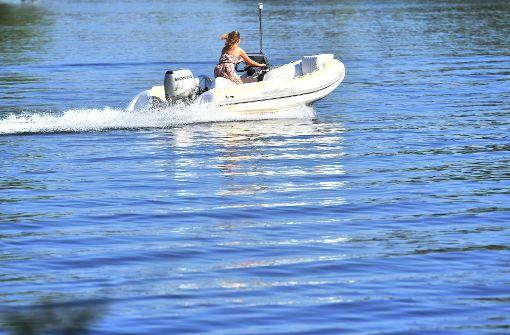 Drei Menschen retten sich von kenterndem Motorboot