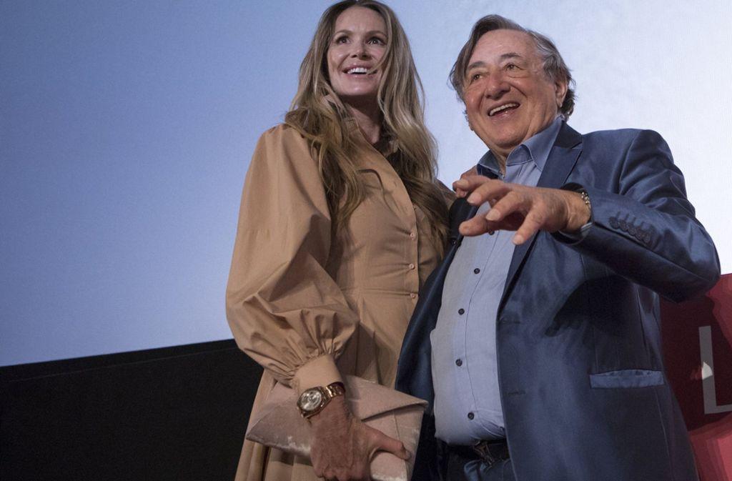 Richard Lugner, österreichischer Geschäftsmann, und sein Gast Elle Macpherson, Model und Schauspielerin aus Australien, nehmen an einer Pressekonferenz im Rahmen des Wiener Opernballs teil. Foto: AP