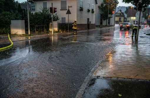 Straßen werden überschwemmt und Keller laufen voll