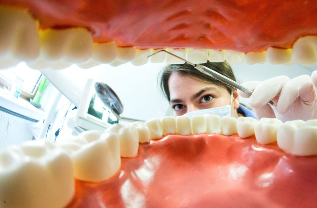Einem 72-Jährigen in Großbritannien ist sein  Zahnersatz fast zum Verhängnis geworden (Symbolbild). Foto: dpa