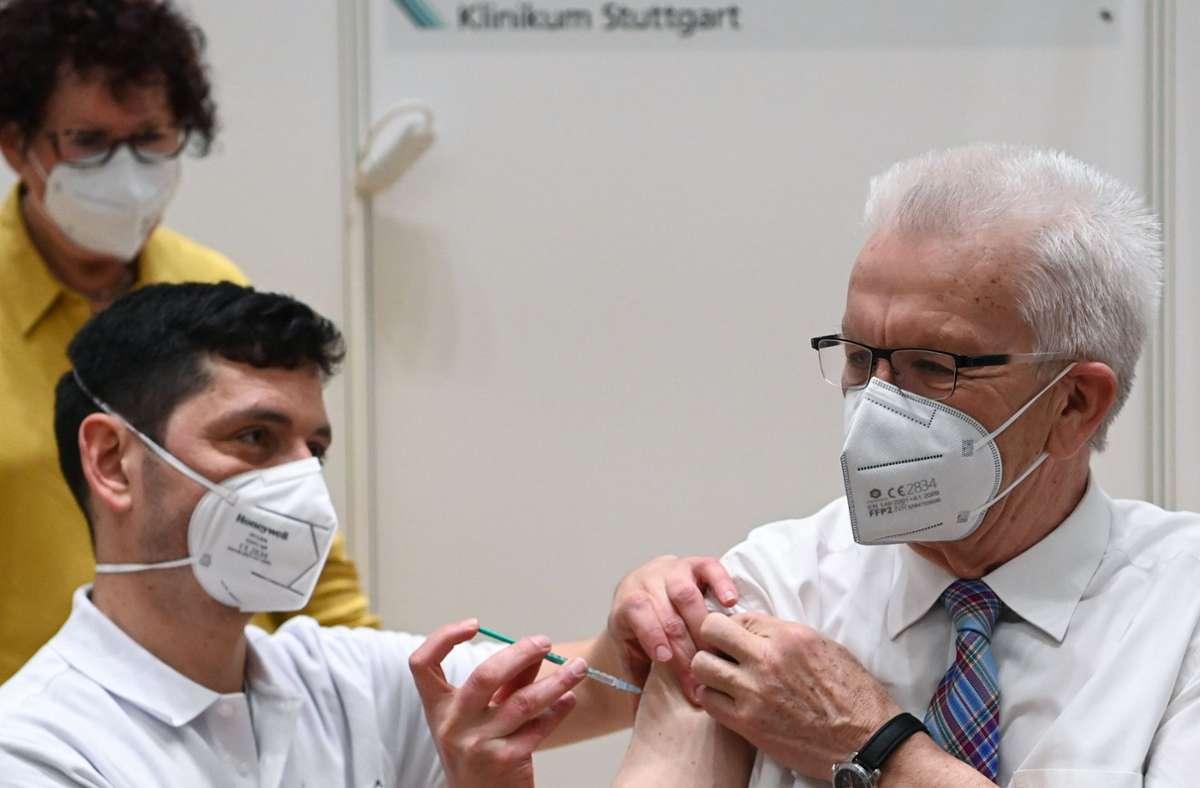 Kretschmann trägt den Piks offenbar mit Fassung. Foto: dpa/Marijan Murat
