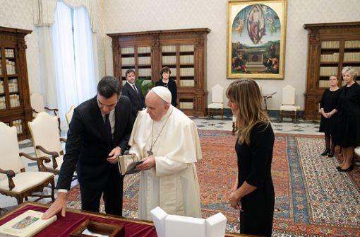 Papst Franziskus hält ohne Maske Audienz mit Spaniens Regierungschef