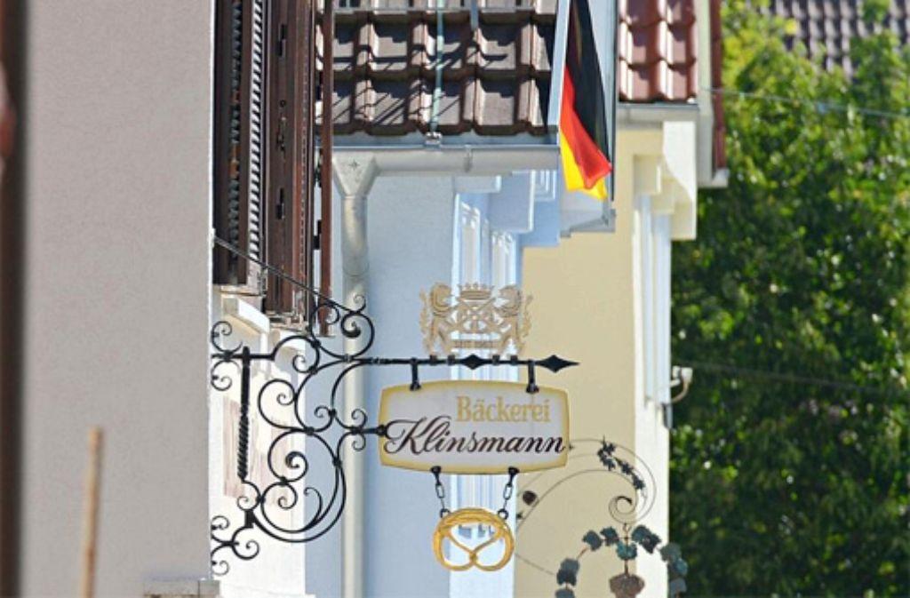 Die Bäckerei Klinsmann in Stuttgart-Botnang zeigt Flagge, und zwar die deutsche. Foto: dpa