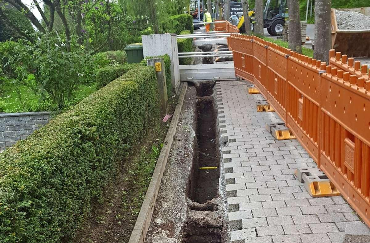 Inzwischen ist dieser Graben am Gehweg von Ob dem Steinbach wieder aufgefüllt. Zu erkennen ist hier das abgetrennte Wurzelwerk. Foto: privat/cf