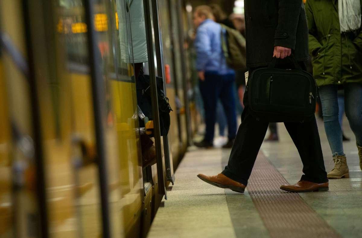 Wer regelmäßig Bahnen und Busse im VVS nutz, erhält zum Jahresende einen Bonus. Foto: Lichtgut/Leif Piechowski