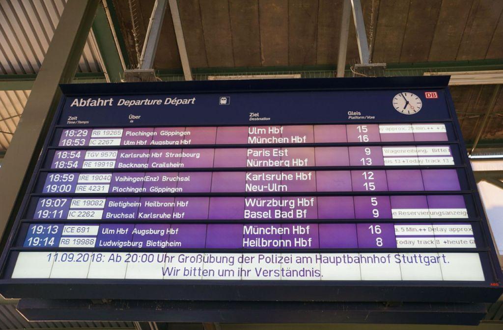 Auf Anzeigetafeln wurden Bahnreisende über die Übung informiert.  Foto: SDMG