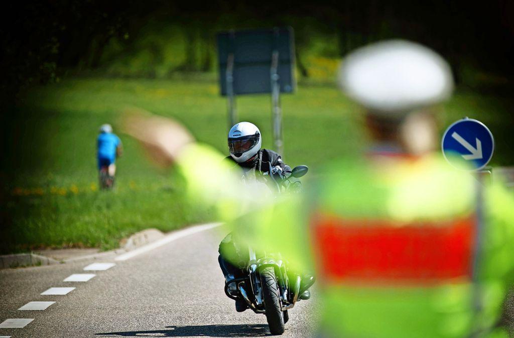Herausgewunken werden jene Biker, die zu schnell unterwegs sind. Foto: Gottfried Stoppel