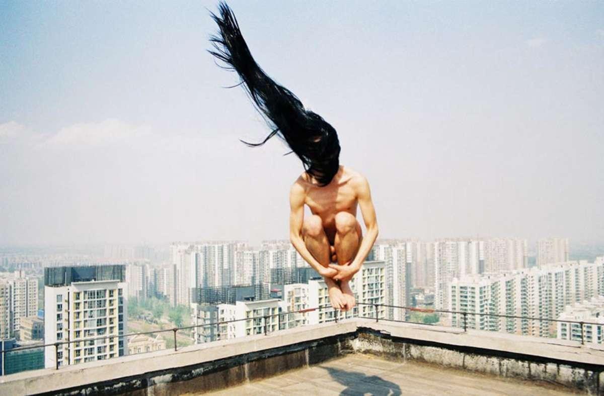 Sprung ins Surreale: Szenerie von Ren Hang, 2011  Foto: Ren Hang