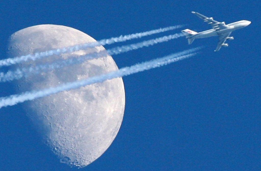 Der Traum vom Fliegen: Eine Boeing 747 Jumbo-Jet am Himmel über Berlin. Foto: dapd