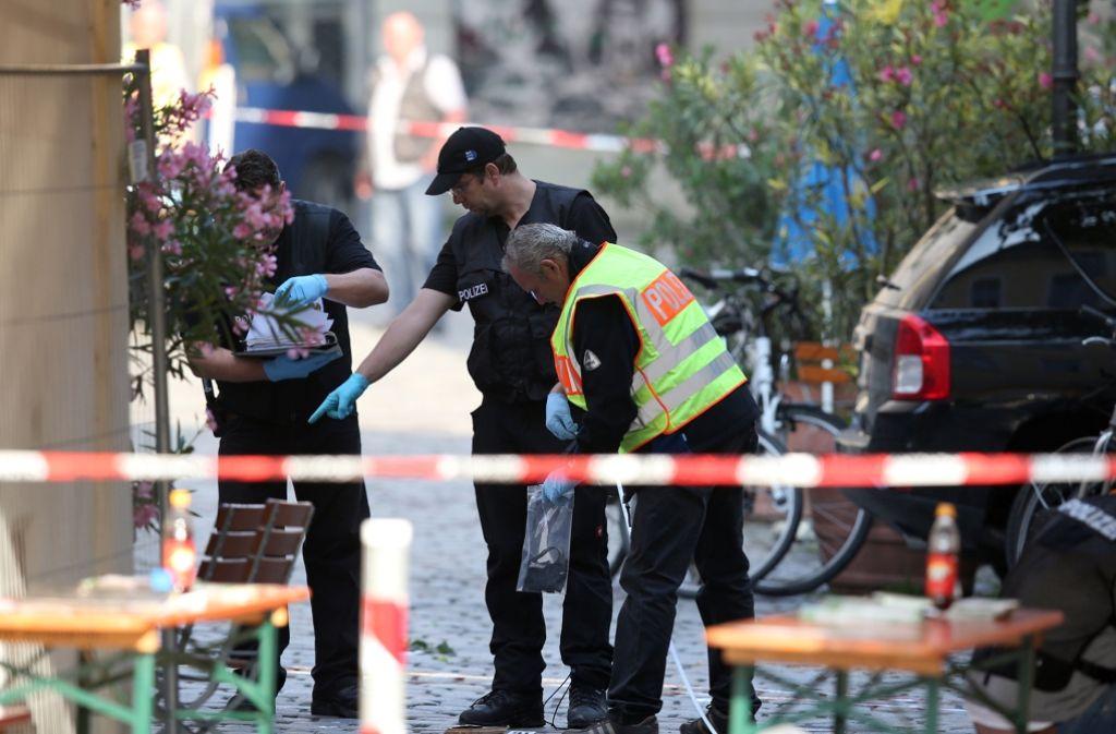 Die Polizei sichert und untersucht den Ort des Bombenanschlags. Foto: dpa