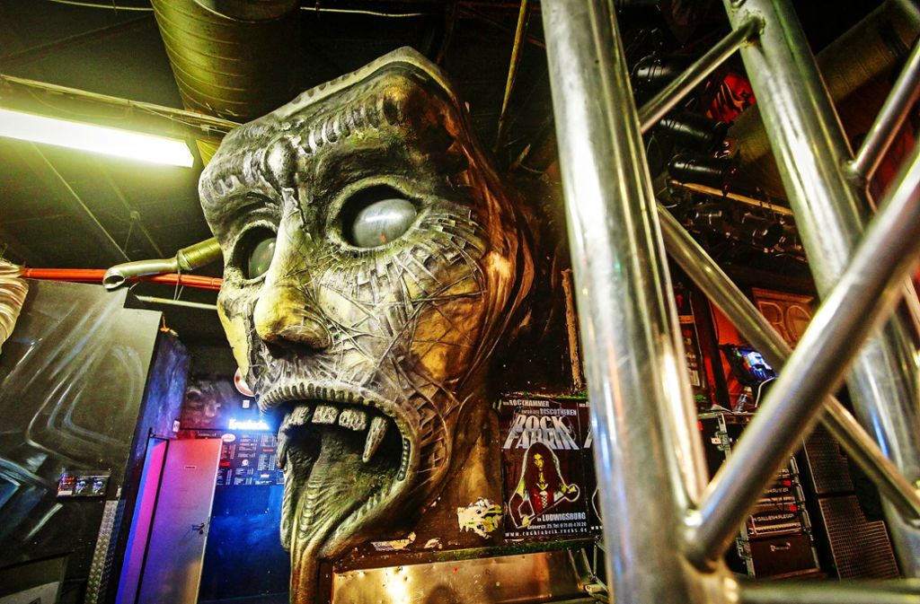Zu verkaufen: Skurrile Objekte, wie diese Maske, hängen in der Rofa. Foto: factum/Jürgen B/ach
