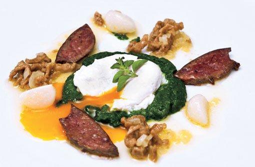 Pochiertes Ei und Leberknöpfle vom Huhn mit Zwiebelschmelze, Rahmspinat und jungem Gemüseknoblauch. Foto: Verlagsedition netzwerk