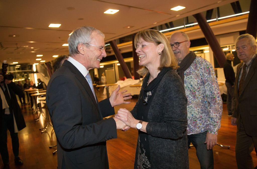Jürgen Zieger   wünscht Ulrike Gräter, einer der Initiatorinnen des Bürgerbegehrens zum Standort der Stadtbücherei,  ein spannendes Neues Jahr. Foto: Ines Rudel