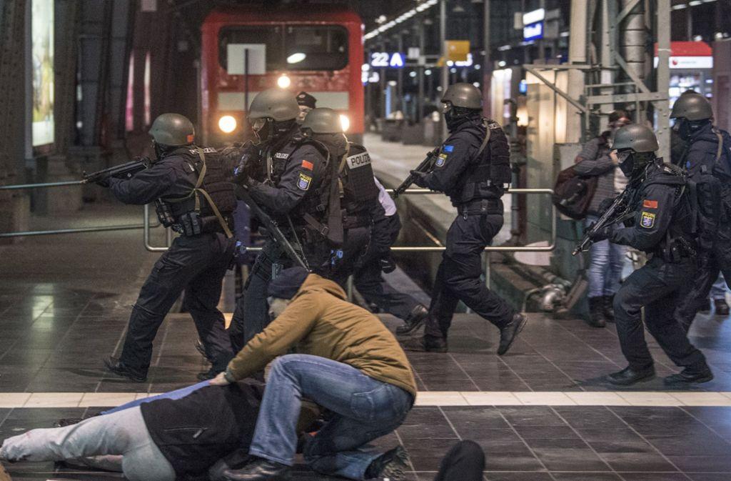 Zum Glück alles nur Übung: Polizisten üben den Ernstfall – hier im Frankfurter Hauptbahnhof. Foto: dpa
