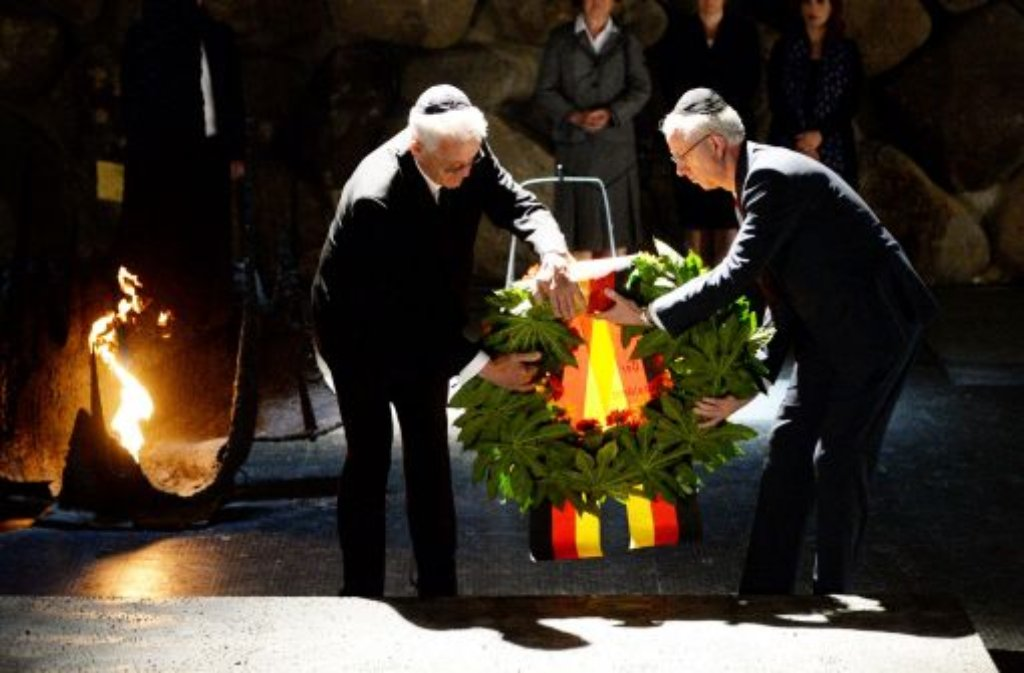 Gedenken an sechs Millionen ermordete Juden: Baden-Württembergs Ministerpräsident Winfried Kretschmann (links) in der Gedenkstätte Yad Vashem. Foto: dpa