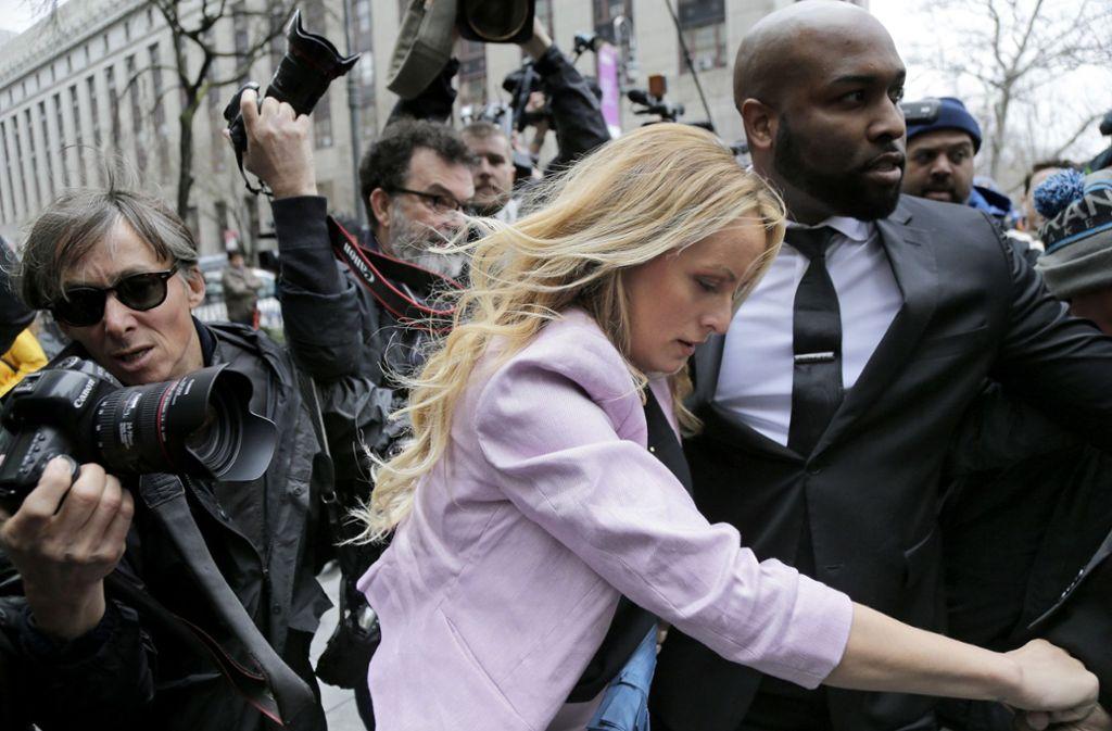 Stormy Daniels eilt unter großem medialen Interesse zur Anhörung in New York. Foto: AP