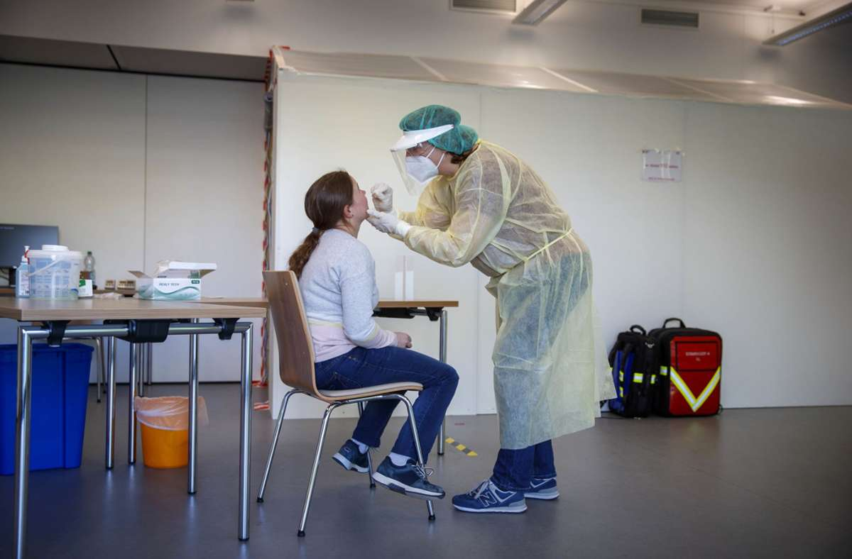 In einem umfunktionierten Tagungsraum der Rems-Murr-Klinik in Winnenden werden Schnelltests gemacht. Foto: Gottfried Stoppel