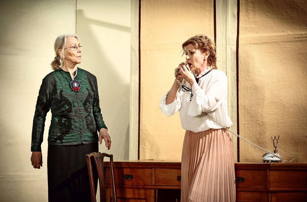 """Barbara Teichmann (links) und Nicole Stockburger (rechts) bei den Proben zum Stück """"Die spanische Fliege"""" Foto: Jan Potente"""