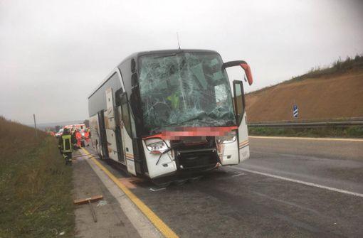 Reisebus kracht in Stauende – Mehrere Verletzte