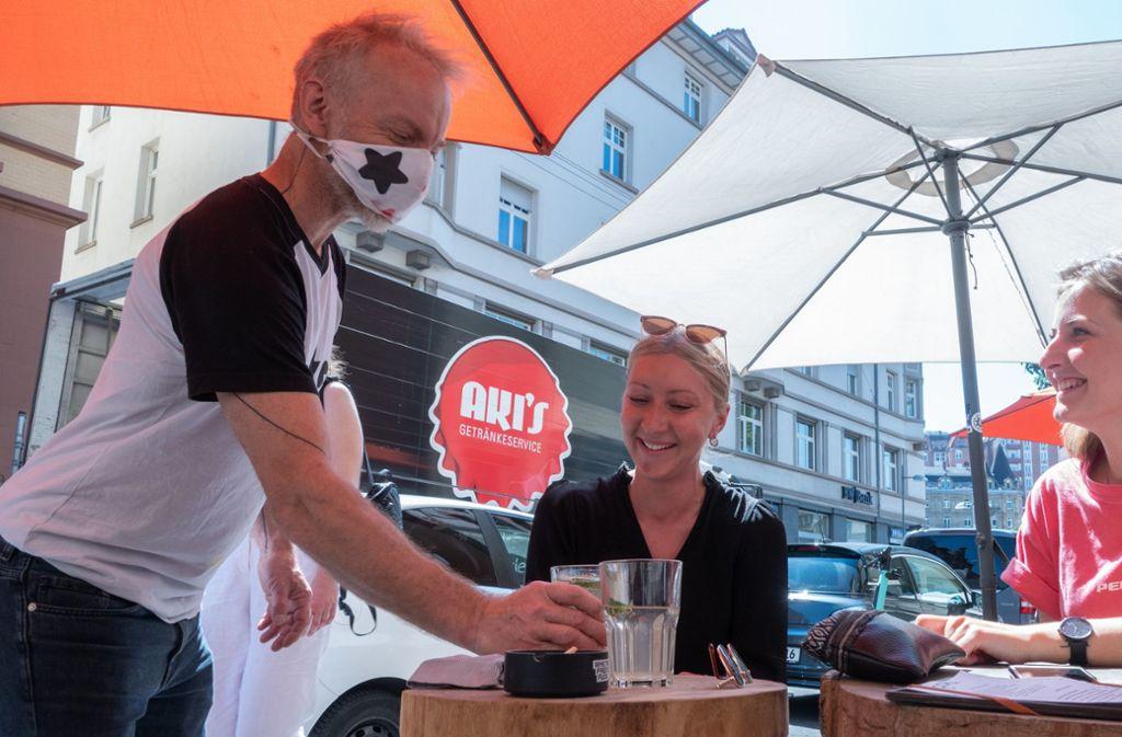 Seit kurzem auch in Stuttgart unter Auflagen wieder möglich: Essen und und Trinken in Cafés und Gaststätten. (Archivbild) Foto: dpa/Gregor Bauernfeind