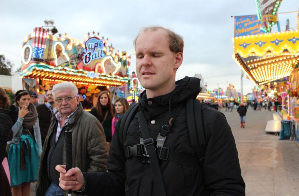 Mit seinem Blindenstab erkundet Christian Ohrens den Cannstatter Wasen Foto: Rebecca Beiter
