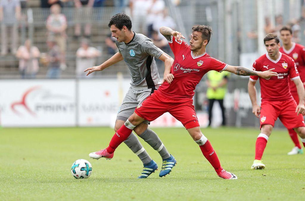 Die Stuttgarter Kickers beim Derby gegen den VfB Stuttgart. Hier VfB-Zugang Anastasios Donis (rechts). Foto: Pressefoto Baumann