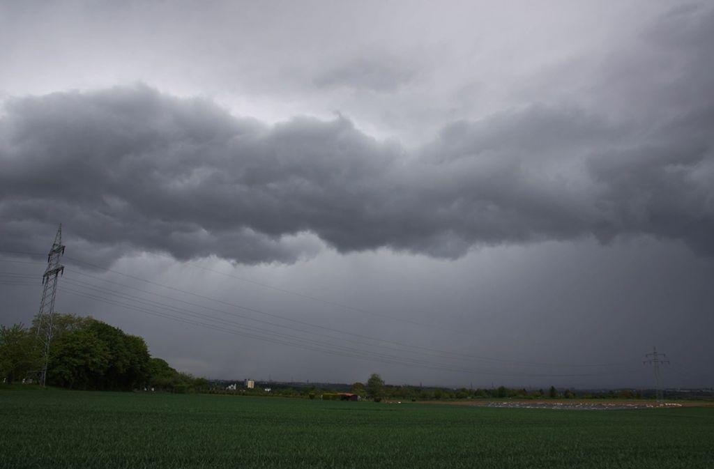 Über Stuttgart und Umgebung haben sich am Samstagmittag dunkle Wolken zusammengezogen. Foto: Andreas Rosar Fotoagentur-Stuttg