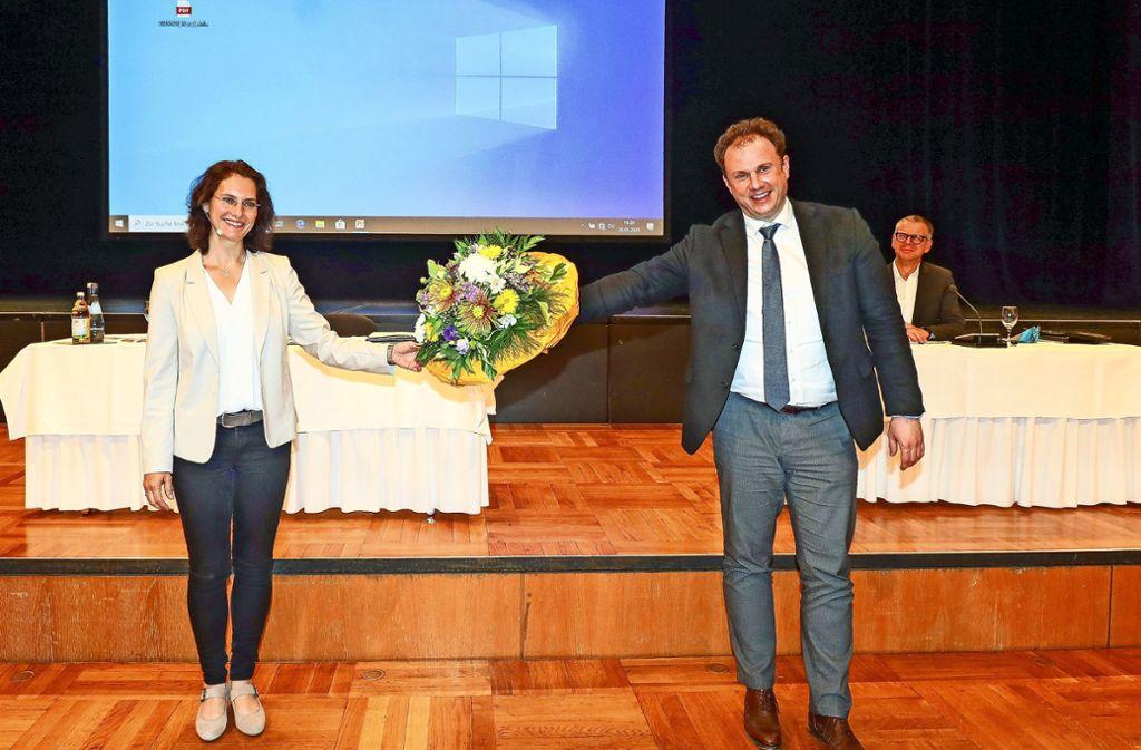 Mit Abstand die beste Kandidatin: Die Ludwigsburger Gemeinderäte wählen Andrea Schwarz zur neuen Bürgermeisterin. OB Knecht überreicht Blumen. Foto: factum/Simon Granville