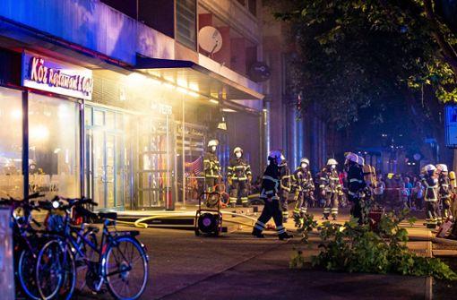 Explosionsartige Stichflamme löst Brand aus – Gebäude evakuiert