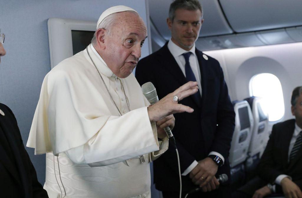 Während der Rückreise aus Japan nimmt Papst Franziskus im Papstflieger Stellung zu dem aktuellen Finanzskandal im Vatikan. Foto: dpa/Remo Casilli