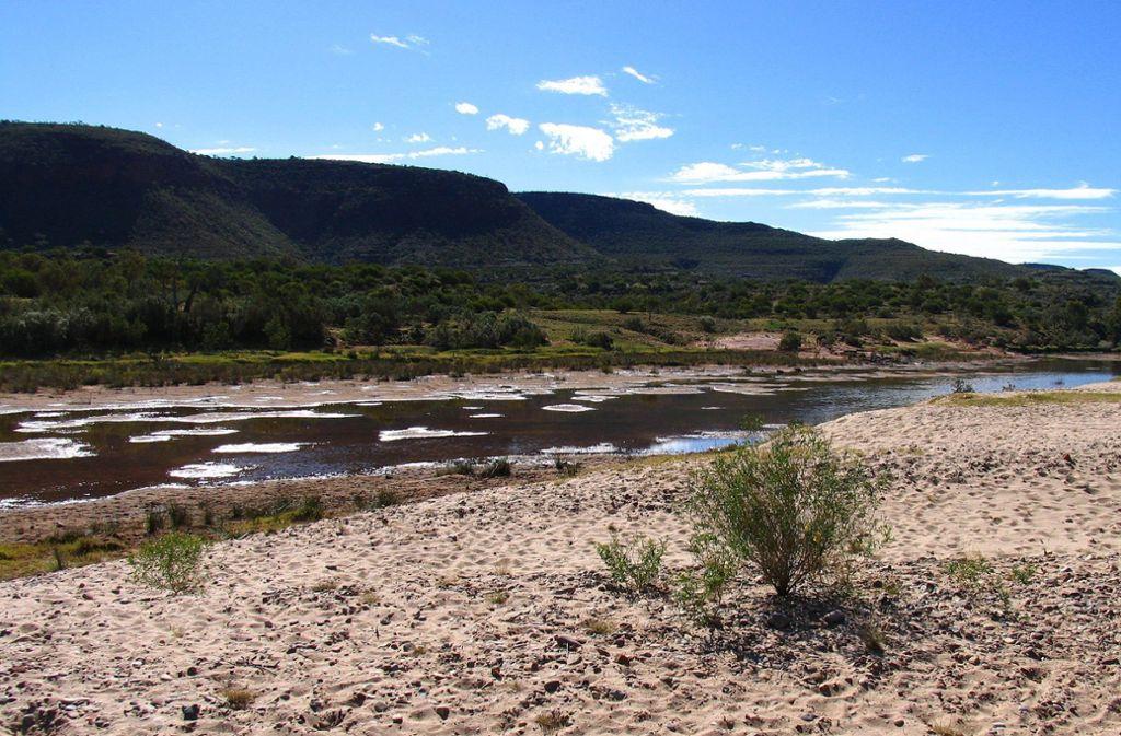 Die drei Wanderer waren mit ihrem Auto im  Finke River  liegen geblieben. Der Finke River   ist einer der längsten Flüsse Zentralaustraliens. Außerhalb der Regenzeit ist er trocken und besteht nur aus einer Reihe von Wasserlöchern. Bei Unwetter kann er allerdings  zu einem reißenden Strom werden. Foto: Wikipedia commons/Menphrad/CC BY-SA 3.0