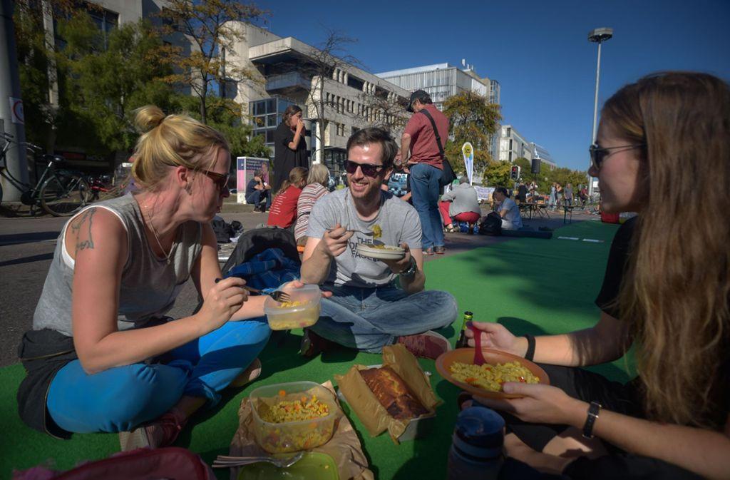 Entspannte Stimmung statt Staus auf dem Asphalt: Demonstranten am Sonntagnachmittag beim Picknick auf der teilweise gesperrten Bundesstraße 14. Foto: Lichtgut/Max Kovalenko