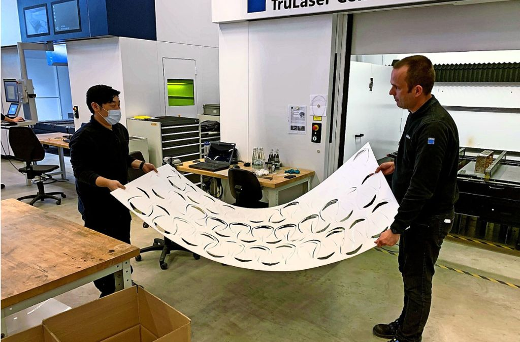 In weniger als 20 Sekunden schneidet der Laser des Maschinenbauers Trumpf einen Kopfbügel aus. Der wird in Stuttgart zusammen mit weiteren Teilen wie ein Puzzle zu einem Gesichtsvisier zusammengebaut. Foto: Arena2036