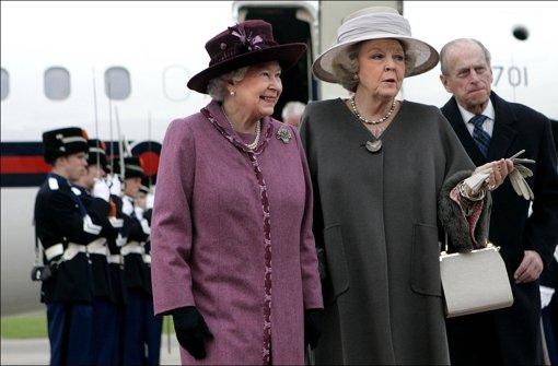 Gut behütete Königinnen: Elizabeth II (links) und Beatrix 2007 in Rotterdam Foto: dapd