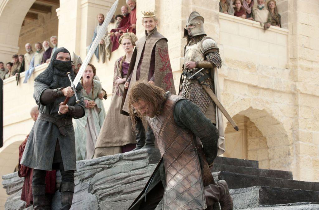 """Ned Stark (auf den Knien) war in der ersten Staffel von """"Game of Thrones"""" die prägende Figur – und starb am Ende völlig überraschend. Foto: HBO"""