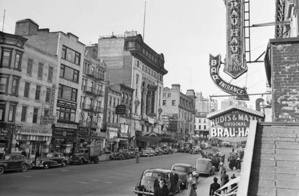 Die 86. Straße im Jahr 1942, rechts die Leuchtreklame für Rudis Brauhaus. Foto: AP