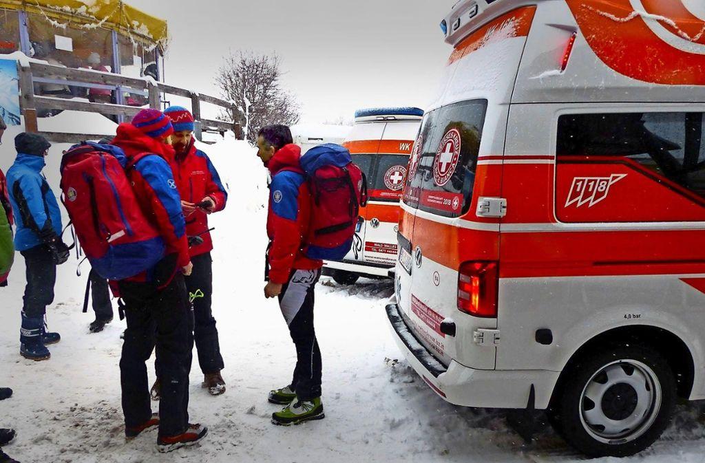 Die Bergretter am 3. Januar 2018: Wegen des schlechten Wetters gelangten sie erst spät zum Unglücksort. Rechtes Foto: ein aktuelles Bild  der Haideralm. Foto: dpa, Screenshot
