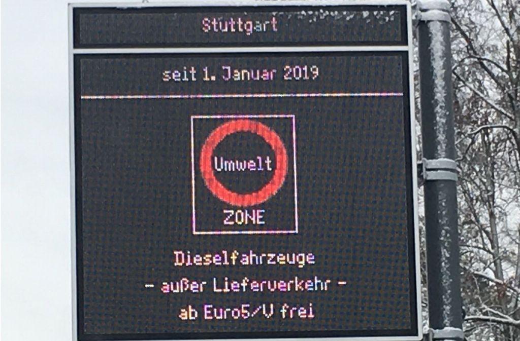 Städtische Hinweistafel: hier wird das Fahrverbot für Dieselautos bis einschließlich Euro-4-Norm positiv verkauft. Foto: jan