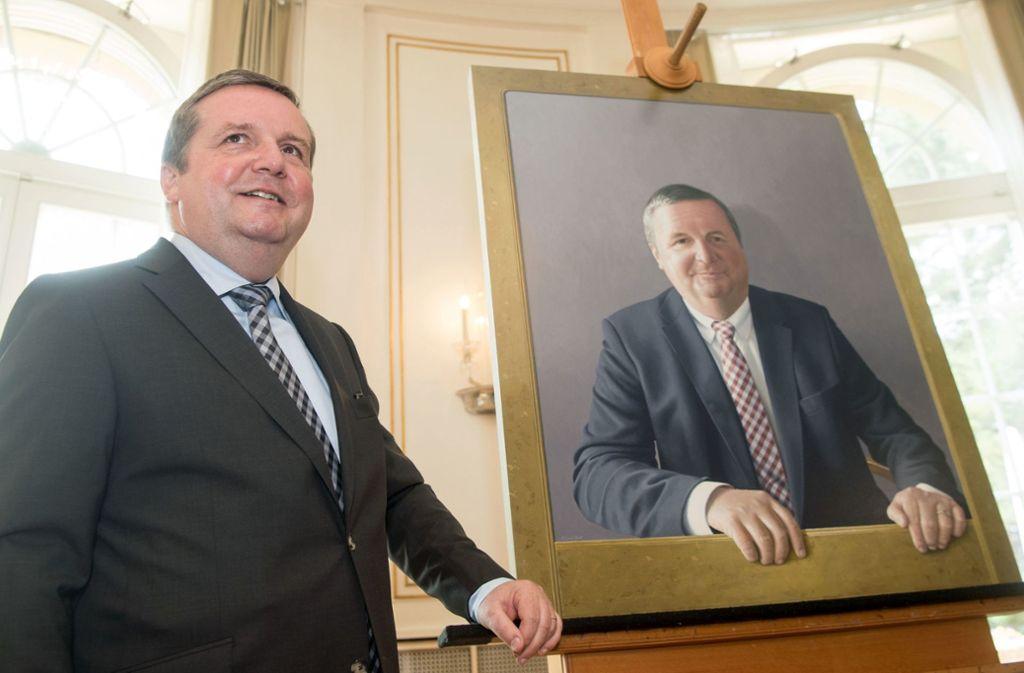 Zufrieden mit seinem Bildnis: Ex-Ministerpräsident Stefan Mappus Foto: dpa