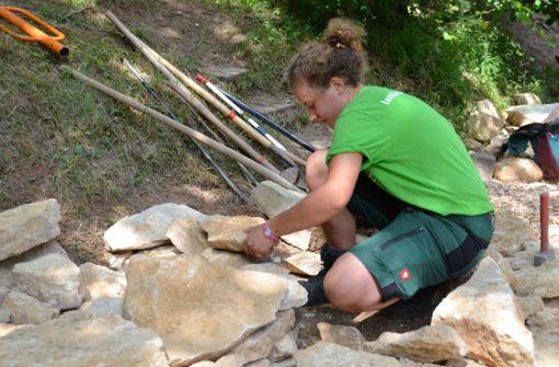 Junge Landschaftsgärtner bauen ein Biotop
