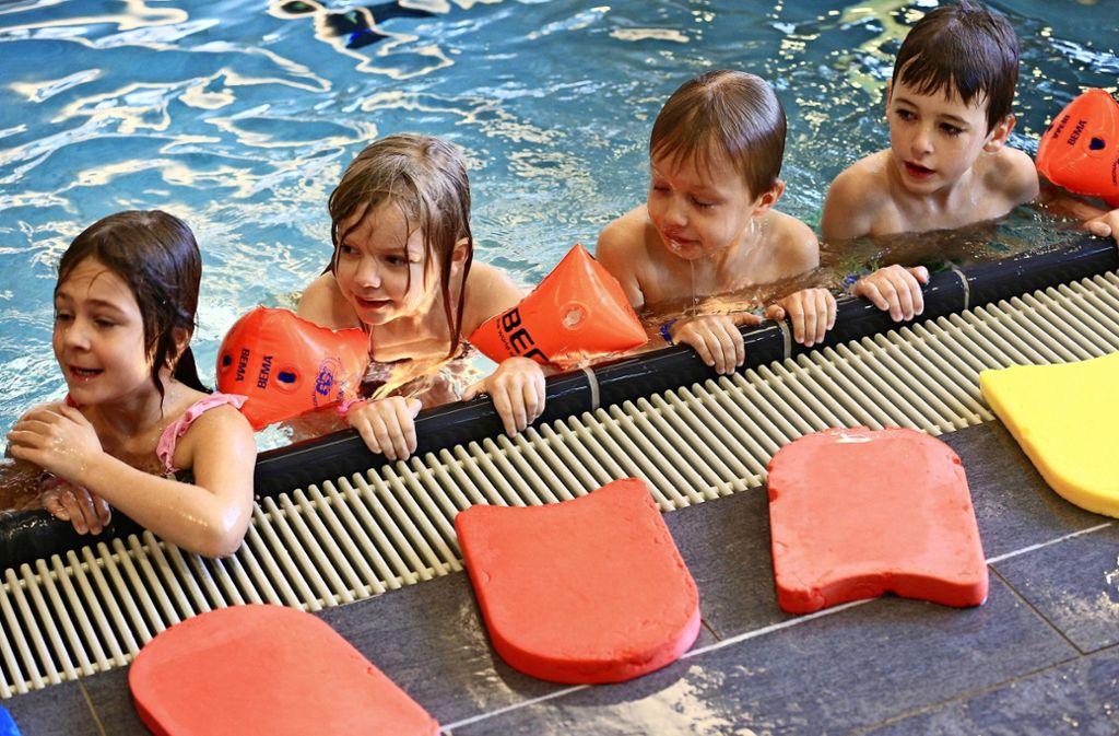 Kinder sollen schwimmen lernen – das ist das erklärte Ziel der Stadt Stuttgart. Aber welches ist der Königsweg? Foto: dpa