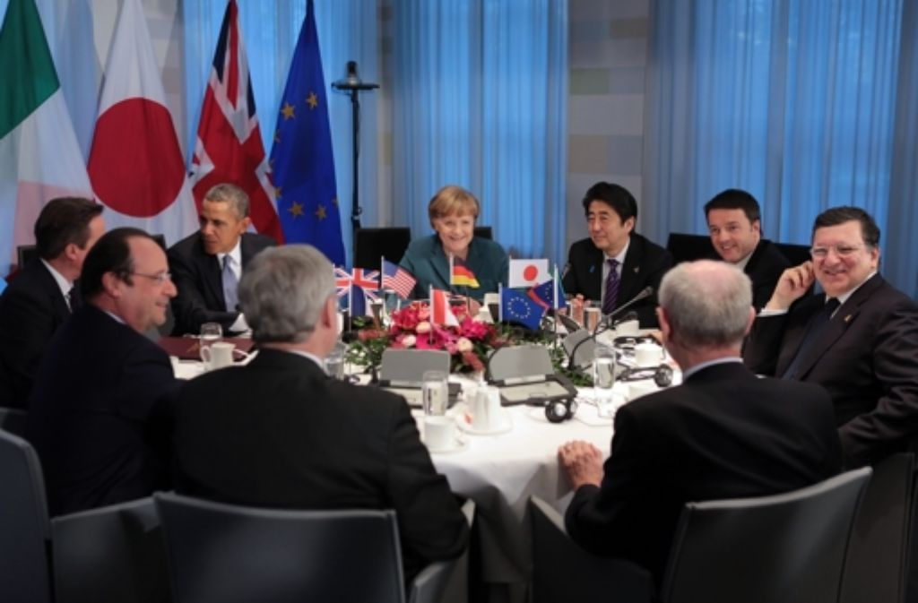 Der französische Staatspräsident Francois Hollande (l-r), der britische Premierminister David Cameron, der amerikanische Präsident Barack Obama, Bundeskanzlerin Angela Merkel, der japanische Premierminister Shinzo Abe und der italienische Ministerpräsident Matteo Renzi sitzen am Montag in Den Haag (Niederlande) am Tisch des G 7 Treffens. Foto: dpa