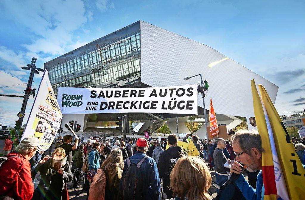 """""""Saubere Autos sind eine dreckige Lüge"""": Protestplakat bei Demo. Foto: Lichtgut/Julian Rettig"""