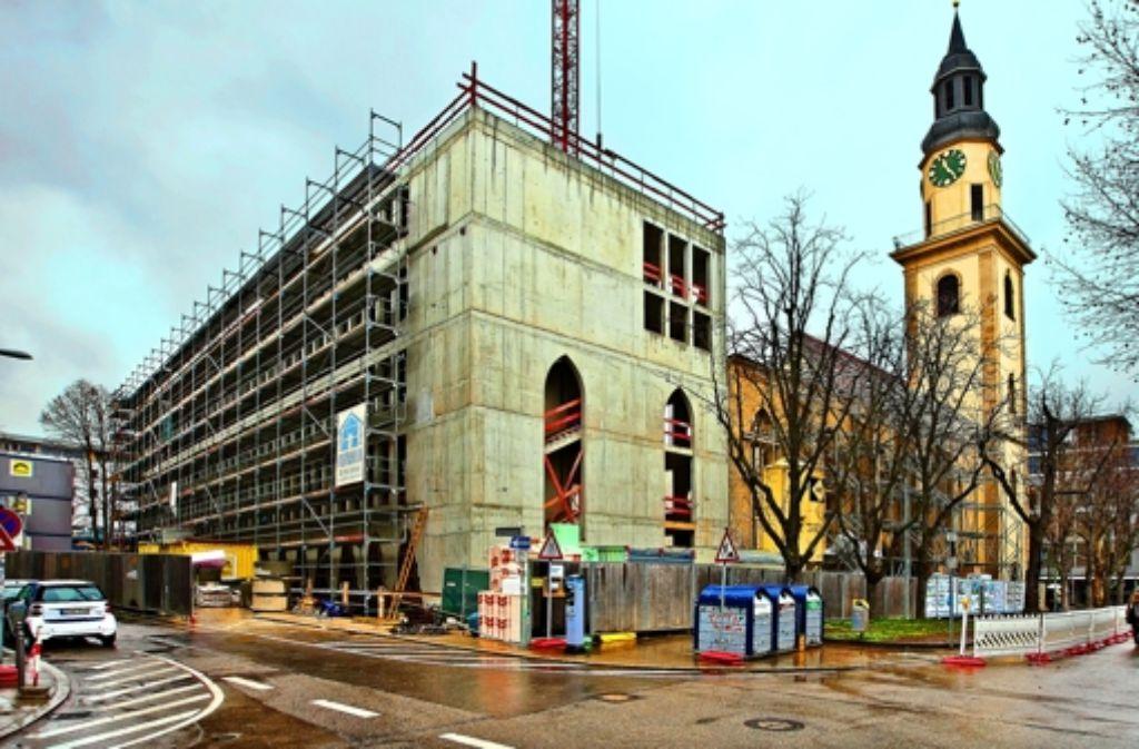Mit den zwei neuen Rundbögen (Bildmitte) wird die alte imposante Größe der Hospitalkirche bald wieder erkennbar sein.Mit den zwei neuen Rundbögen (Bildmitte) wird die alte imposante Größe der Hospitalkirche bald wieder erkennbar sein. Weitere Bilder von der Baustelle im Hospitalviertel sehen Sie in der Fotostrecke. Foto: Horst Rudel