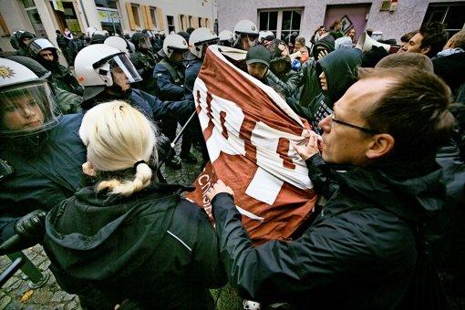Fünf Nazigegner verklagen die Polizei