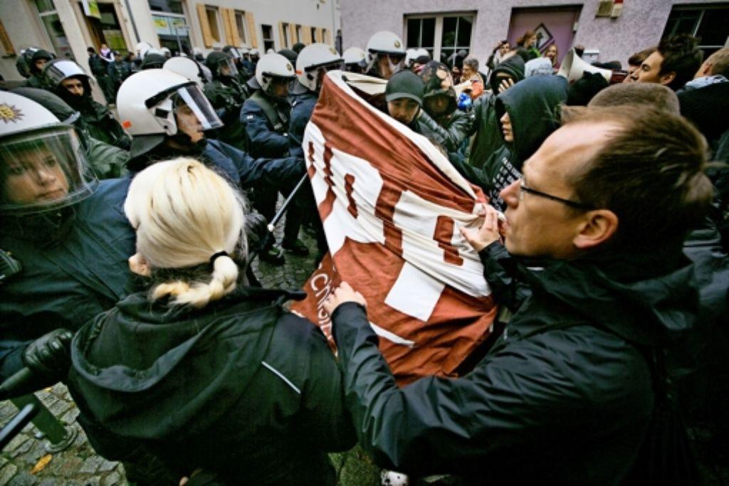 Das Banner hoch, dann von zehn bis eins gezählt und los geht's: So haben die Aktivisten der Antifa immer wieder die Polizeisperren durchbrechen wollen, um zur Umzugsstrecke der Neonazis zu kommen. Foto: Horst Rudel