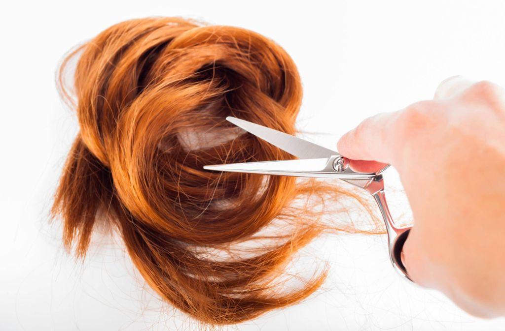 Ein Unbekannter schneidet in Prag Frauen die Haare ab. (Symbolfoto) Foto: imago/Panthermedia/artursfoto
