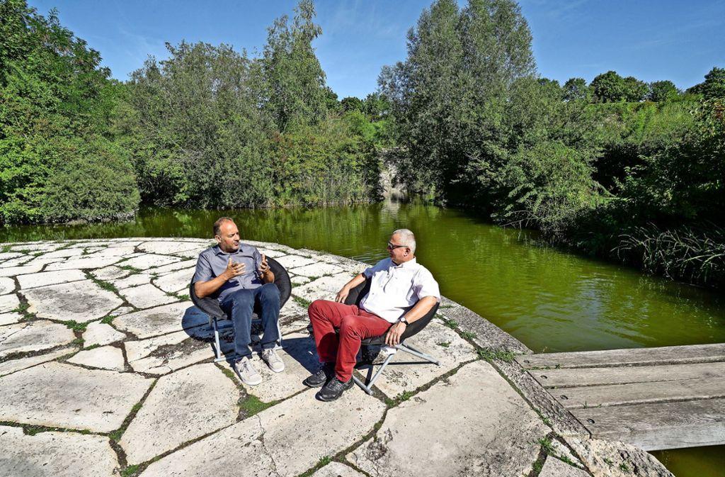 So schön wie am Altrhein: Frank Albrecht (li.) und Thomas K. Slotwinski beim LKZ-Sommergespräch. Foto: factum