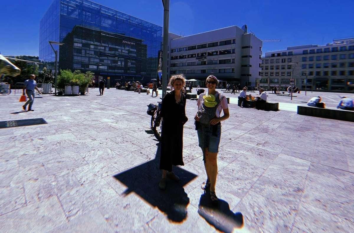 Theresa Kern (links) und Hannah Japes (rechts) vom Club Kollektiv Stuttgart.  Foto: Tanja Simoncev